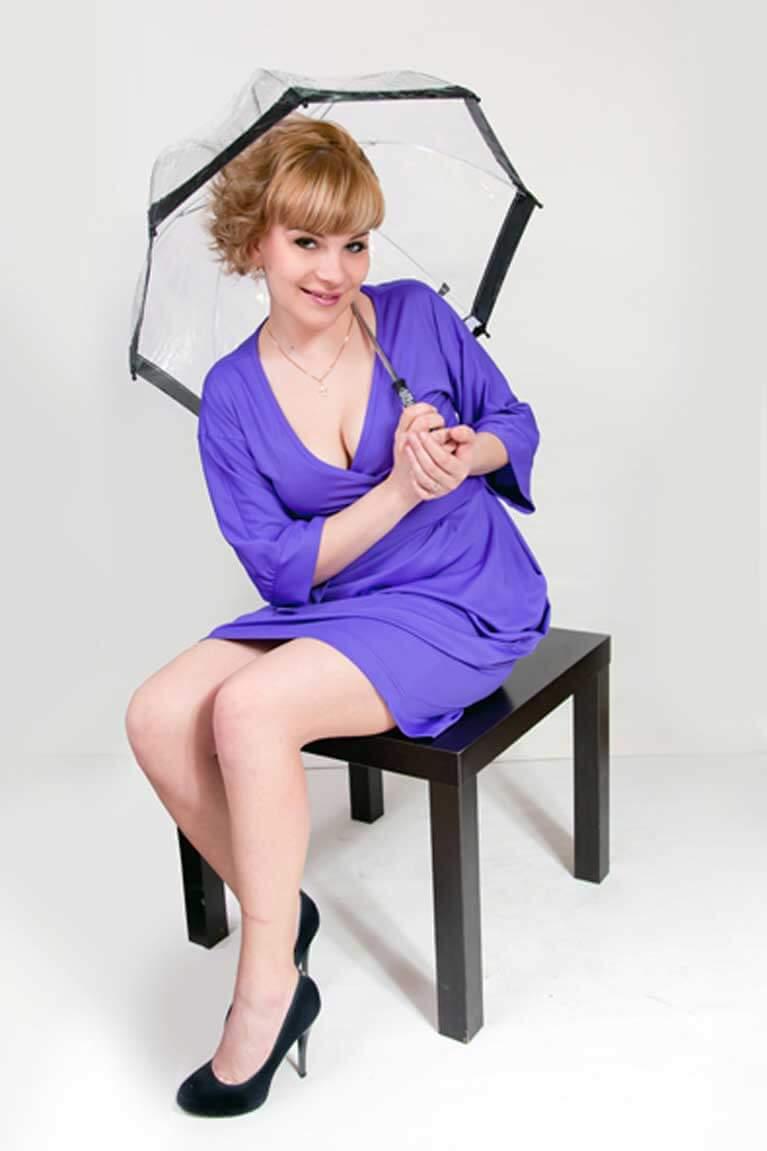 девушка,зонт,фиолетовое платье,сидит