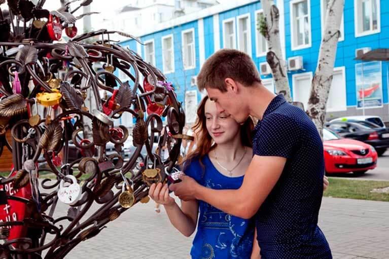 Двое,подростки,любовь,сердечки,дерево